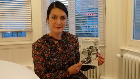 Zeynep Potente mit dem jüngsten Buch ihres Vater über die türkische Geschichte