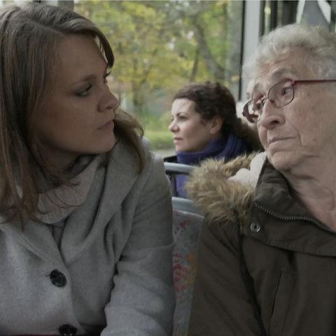 hr-Reporterin Selina Rust mit Marie-Luise Stoll