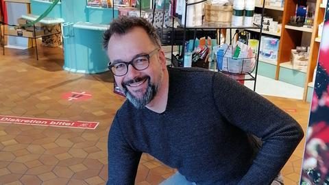 Der Apotheker Henning Seth in seiner Apotheke