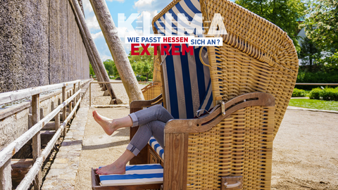 Frau sitzt in einem Strandkorb in Bad Nauheim