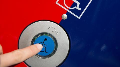 Ein Knopf an einer S-Bahn-Tür mit einem Rollstuhl-Zeichen