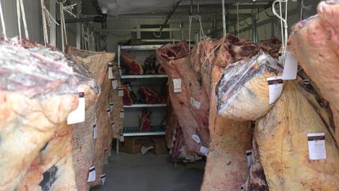 """Lagerraum mit Rinfleisch aus dem Restaurant """"El Capricho"""""""