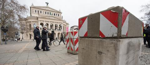 Betonpoller vor der Frankfurter Alten Oper