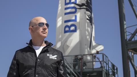"""Amazon-Gründer Jeff Bezos bei der Inspektion der Stattrampe vor dem Jungfernflug seines Raumfahrzeuges """"New Shepard"""""""