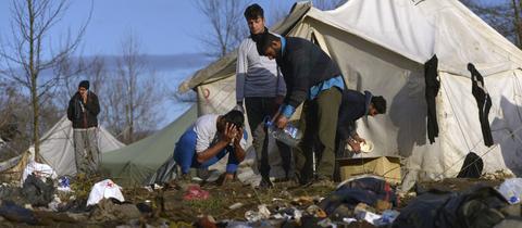 Bosnien-Herzegowina, Bihac: Männer waschen sich vor einem Zelt im Flüchtlingslager
