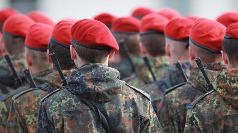 Bundeswehr-Soldaten von hinten