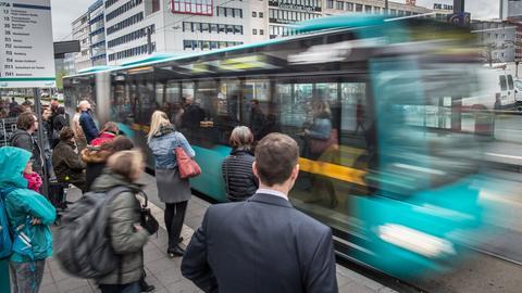 Haltestelle für Busse und Straßenbahnen in Frankfurt