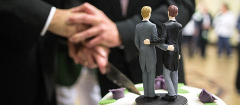 Hochzeitstorte mit homosexuellem Brautpaar