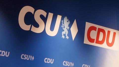 Die Logos der Parteien von CDU und CSU