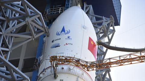 Weißes Raumshuttle mit chinesischer Flagge auf der Außenseite