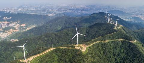 Mehrere Windräder auf Hügeln in China