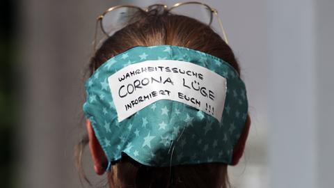 Eine Demonstrationsteilnehmerin mit Gesichtsmaske