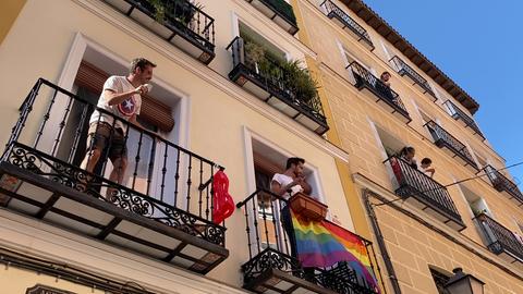 Menschen applaudieren auf Balkonen