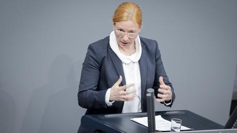 Die SPD-Politikerin Dagmar Schmidt am Rednerpult im Bundestag