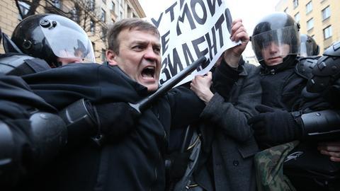 Ein Demonstrant wird in Sankt Petersburg von der Polizei festgenommen.