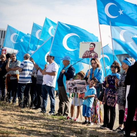 Demonstranten mit uigurischen Flaggen