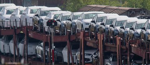 Neuwagen stehen auf einem Güterzeug