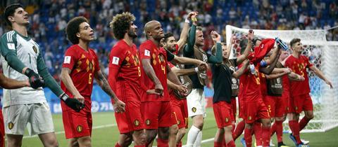 Die belgische Nationalmannschaft jubelt nach ihrem Sieg über Japan.