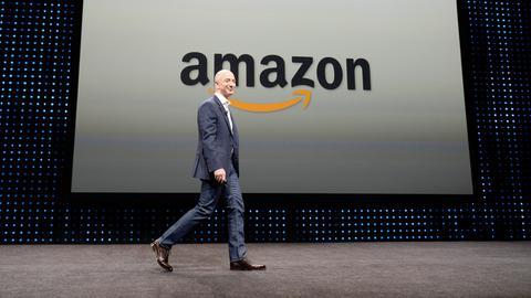 Amazon-CEO Jeff Bezos vor dem Amazon-Logo