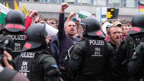 Die Demonstration in Chemnitz wird von Polizisten abgeschirmt.