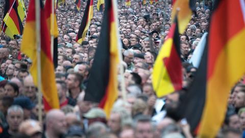 Ein Demonstrationszug mit vielen Deutschland-Fahnen zieht durch Chemnitz