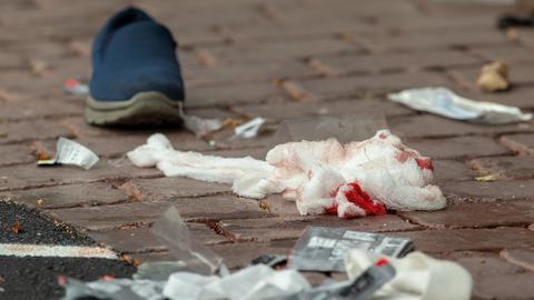 Blutige Verbandsmittel liegen auf dem Boden in der Nähe der Masjid-Al-Noor-Moschee in Christchurch.