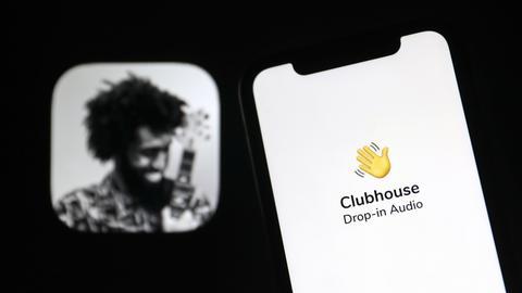 Das Icon der App Clubhouse auf einem Smartphone-Display