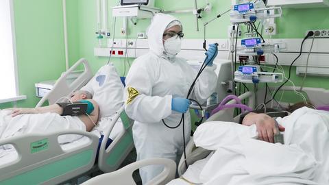 Corona-Patienten werden im Krankenhaus versorgt.