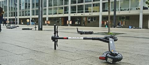 E-Roller liegen auf dem Boden