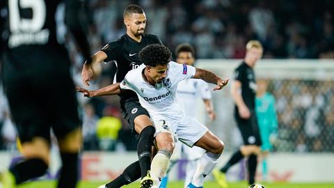Ein Zweikampf aus dem Hinspiel zwischen Vitoria Guimaraes und Eintracht Frankfurt.