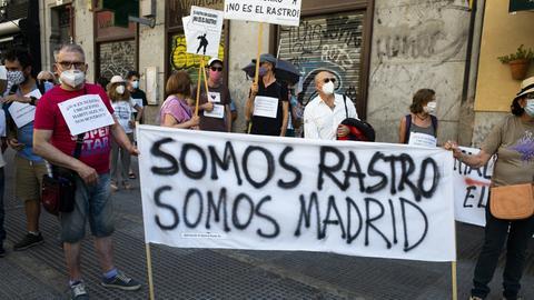 """Demonstranten halten ein Banner hoch, auf dem steht: """"Somos Rastro, somos Madrid"""""""