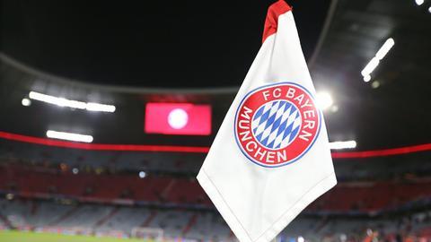 Eine Eckfahne mit dem Emblem des FC Bayern