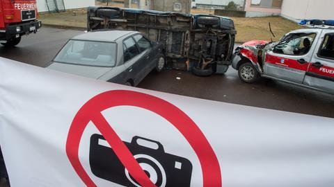 Ein Verkehrsunfall wird mit einer Plane vor Gaffern geschützt.