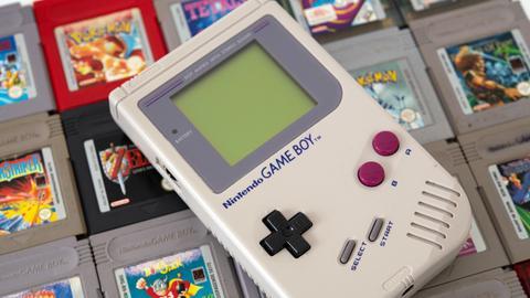 Ein Game Boy liegt auf einem Stapel Game-Boy-Spielen