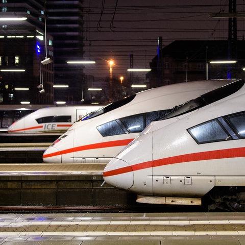 Mehrere ICEs stehen im Münchener Hauptbahnhof