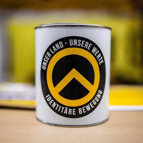 Eine Tasse mkit dem Logo der Identitären