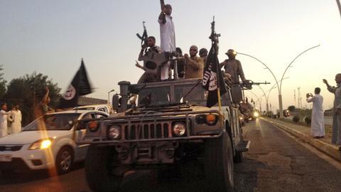 IS-Terroristen fahren bewaffnet in einem Truck