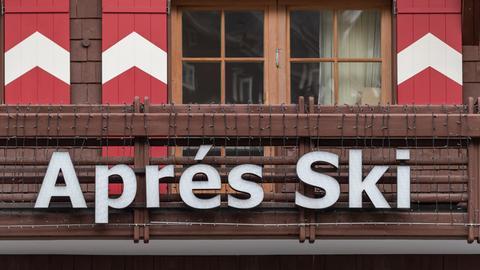 Österreich, Ischgl: Die Reklame einer Apres-Ski-Bar hängt an einem Balkon.