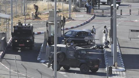 Israelische Grenzpolizisten stehen um den Leichnahm von Ahmed Erekat herum.