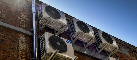 Klimaanlagen an einer Hausfassade