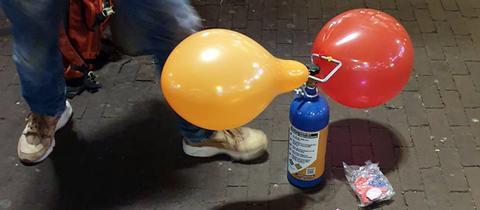 Mit einer Lachgasflasche werden Luftballons befüllt