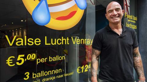 Mathieu Hölzken in seinem Lachgas-Laden