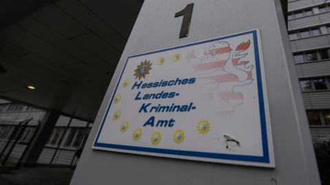 Ein Schild weist auf die Zentrale des Hessischen Landeskriminalamtes (LKA) hin.