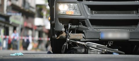 Ein Fahrrad liegt unter einem Lkw