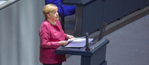Angela Merkel am Rednerpult im Bundestag bei der Generaldebatte.