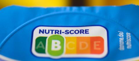 """Auf einer Packung Joghurt ist der sogenannte """"Nuri-Score"""" zu sehen - eine Lebensmittelampel."""