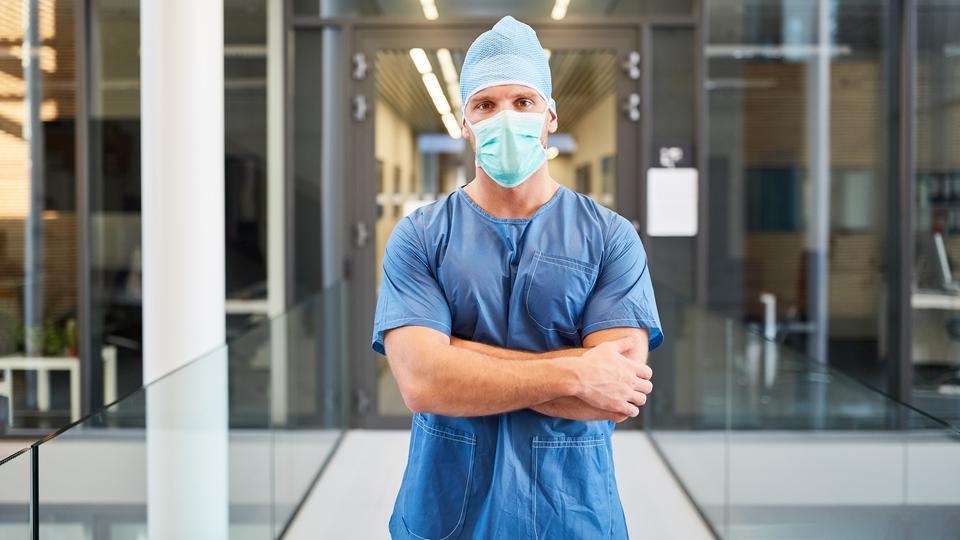 Ein junger Arzt trägt eine MNS-Maske (auch OP-Maske) genannt.