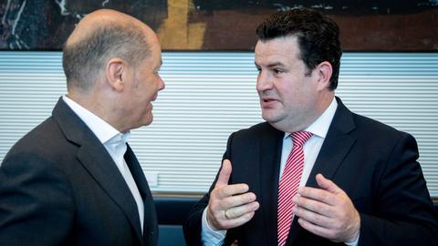 Die beiden SPD-Minister Scholz und Heil im Gespräch