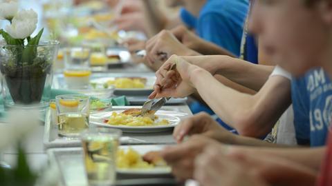 Schüler in einer Ganztagsschule essen in der Mensa