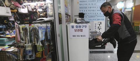Kim Byung-rok in seinem Schuh-Geschäft
